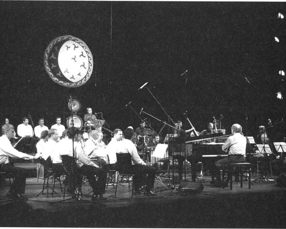 A 'Szertartászene' előadása a belgrádi Nemzeti Drámai Szinházban. Kobzos Kiss Tamás, a MAKUZ, a Liszt Ferenc Kamarazenekar tagjai, a szerb pravoszláv egyház kórusa. (2005)